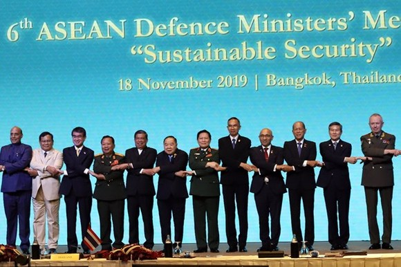 Defence Minister Gen. Ngo Xuan Lich (sixth, right) and other officials pose for a photo at the 6th ASEAN Defence Ministers' Meeting Plus in Bangkok on November 18 (Photo: VNA)