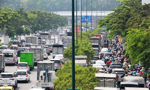 Long crowded queues of vehicles on Pham Van Dong street leading to Tan Son Nhat international airport in HCMC. (Source: VNA)
