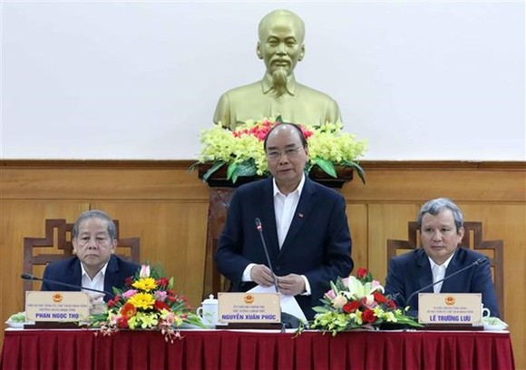 Prime Minister Nguyen Xuan Phuc (C) at the working session (Photo: VNA)
