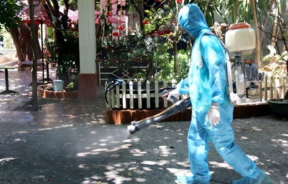 A medical workers is spraying a residential area in Binh Thuan province with disinfectant. (Photo: VNA)