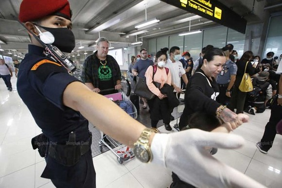 A security official directs arriving travellers at Suvarnabhumi airport in Bangkok, Thailand (Photo: www.bangkokpost.com)