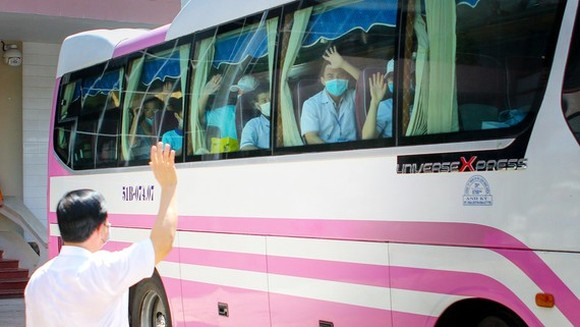 Health workers on their way towards the Da Nang hotspot