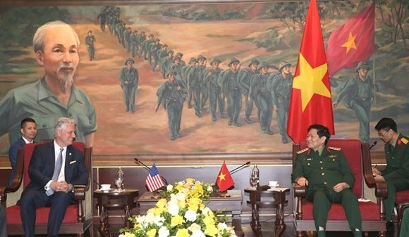 Defence Minister General Ngo Xuan Lich (right) hosts US National Security Advisor Robert O'Brien. (Photo: qdnd.vn)