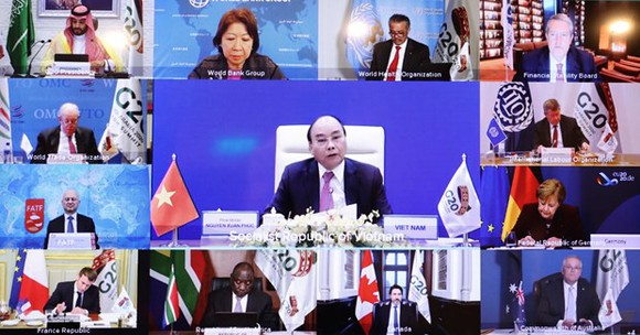 Prime Minister Nguyen Xuan Phuc (centre) speaks at the second online discussion within the framework of the G20 Summit on November 22 (Photo: VNA)