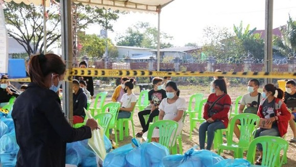 Cambodian migrant workers under quarantine in Banteay Meanchey province last month.(Photo: Phnom Penh Post)