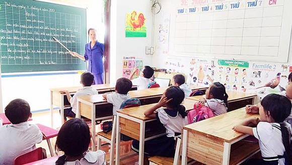 Lớp 1 của cô Phạm Thị Nhiệm học ở ngoài hành lang