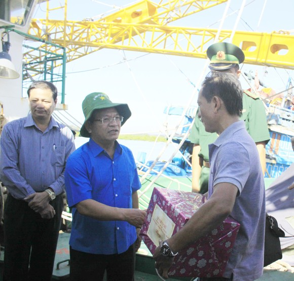 Quảng Ngãi: Ngư dân kiến nghị với bí thư tỉnh ủy về tàu vỏ thép ảnh 3