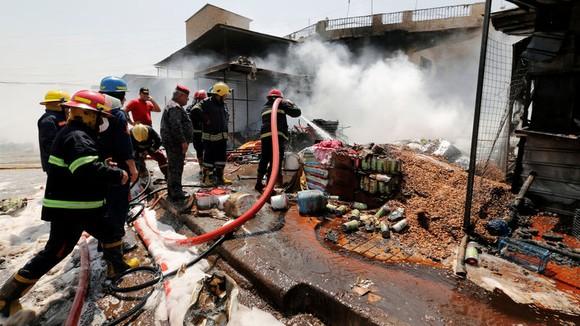 Bom xe nổ tung giữa chợ rau tấp nập ở thủ đô Iraq ảnh 1