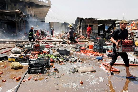 Chợ rau Jamila ở Baghdad, Iraq, tan hoang sau vụ đánh bom xe ngày 28-8-2017. Ảnh: REUTERS