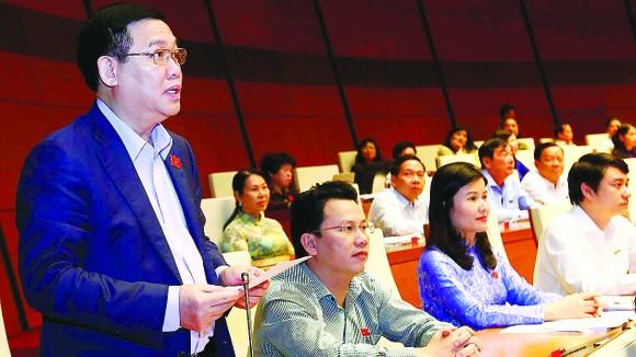 Phó Thủ tướng Vương Đình Huệ phát biểu làm rõ một số vấn đề  về điều hành nền kinh tế.  Ảnh: TTXVN