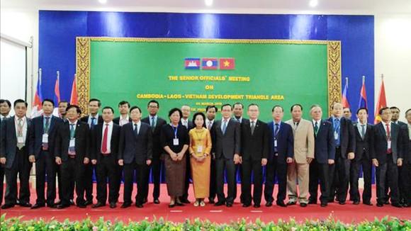 Các trưởng đoàn SOM 3 nước chụp ảnh lưu niệm với đại biểu 3 nước tham dự hội nghị SOM.