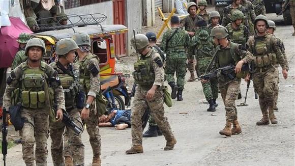 Binh sỹ Philippines điều tra tại hiện trường vụ đánh bom liều chết trên đảo Jolo ngày 28-6. Ảnh: AFP/TTXVN