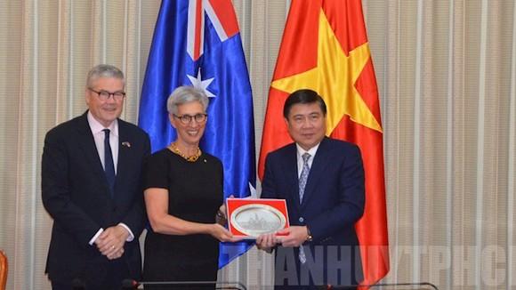 Chủ tịch UBND TP Nguyễn Thành Phong tặng quà lưu niệm cho bà Limda Dessau