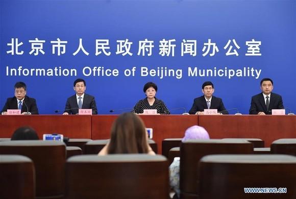 Công bố quyết định hạ phản ứng khẩn cấp đối với COVID-19 ở Bắc Kinh tại cuộc họp báo ngày 19-7. Ảnh: Tân Hoa Xã)