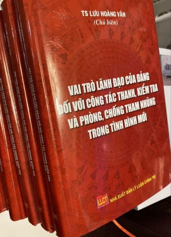 """Ra mắt sách """"Vai trò lãnh đạo của Đảng đối với công tác thanh, kiểm tra và phòng chống tham những trong tình hình mới"""" ảnh 1"""