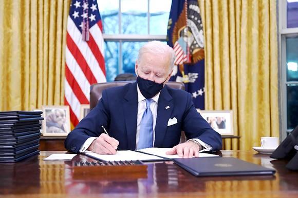 Ông Biden bắt đầu hiện thực hóa cam kết ảnh 1