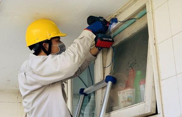 Đoàn Thanh niên EVNHCMC sửa chữa, thay thế đèn chiếu sáng tại Làng thiếu niên Thủ Đức