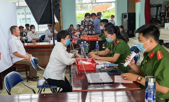 Công an tỉnh Tiền Giang  cấp thẻ CCCD cho người dân. Ảnh:  Ngọc Phúc
