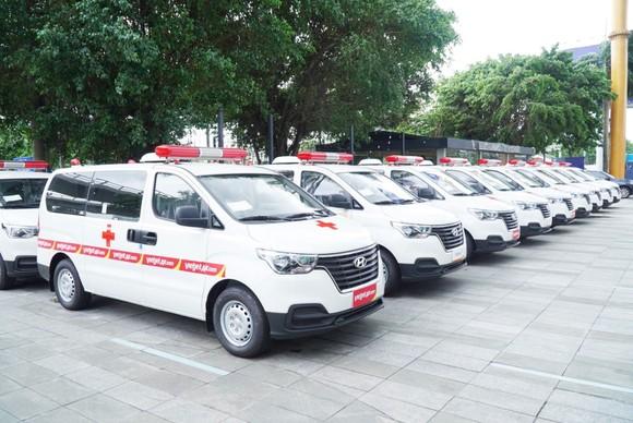 Tập đoàn Sovico tặng 10 xe cứu thương, chuyên chở hàng ngàn y bác sĩ, tặng hàng trăm ngàn suất cơm tại TPHCM ảnh 3