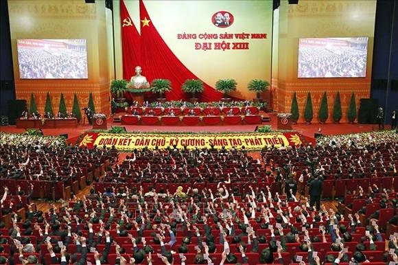 Các đại biểu biểu quyết, thông qua Nghị quyết Đại hội XIII của Đảng tại Đại hội đại biểu toàn quốc lần thứ XIII Đảng Cộng sản Việt Nam. Ảnh: TTXVN