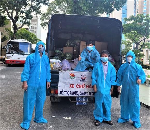 Tình nguyện viên của ĐH Quốc gia TPHCM  tiếp nhận nhu yếu phẩm để hỗ trợ sinh viên