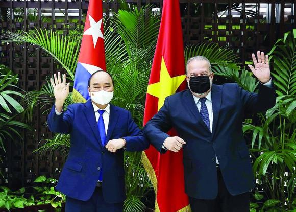 Chủ tịch nước Nguyễn Xuân Phúc  hội kiến Thủ tướng Cộng hòa Cuba Manuel Marrero Cruz. Ảnh: TTXVN