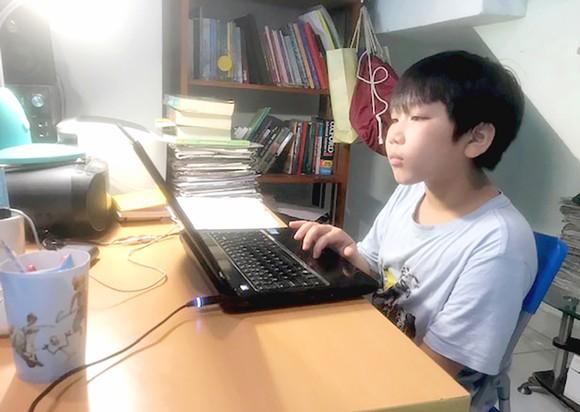 Học sinh tham gia một tiết học online tại nhà. Ảnh: NGUYỄN HÒA