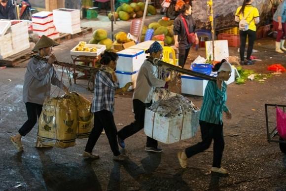 Khởi tố, tạm giam 3 kẻ cưỡng đoạt tài sản ở chợ Long Biên ảnh 2