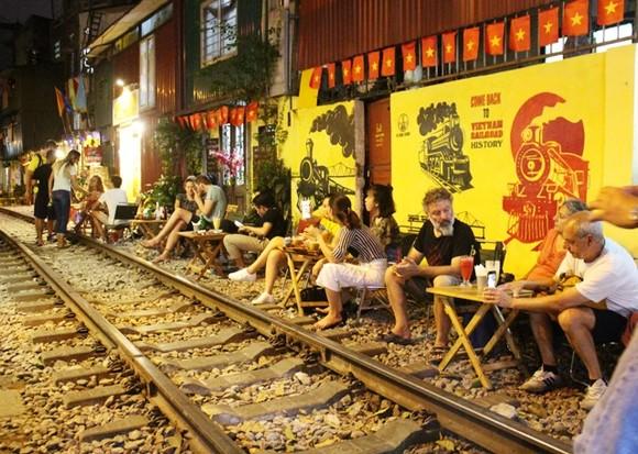Hà Nội huy động nhiều quận huyện dẹp quán cà phê đường tàu ảnh 1