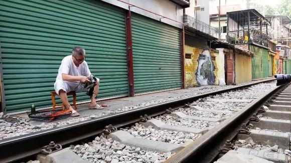 """Sáng nay 10-10, cà phê đường tàu ở Hà Nội """"vắng như chùa Bà Đanh"""" ảnh 7"""