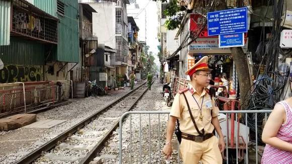 """Sáng nay 10-10, cà phê đường tàu ở Hà Nội """"vắng như chùa Bà Đanh"""" ảnh 6"""