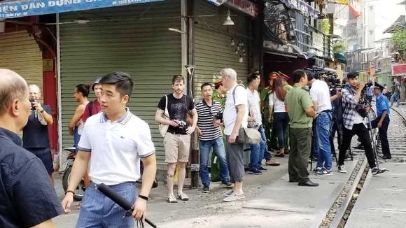 """Sáng nay 10-10, cà phê đường tàu ở Hà Nội """"vắng như chùa Bà Đanh"""" ảnh 8"""