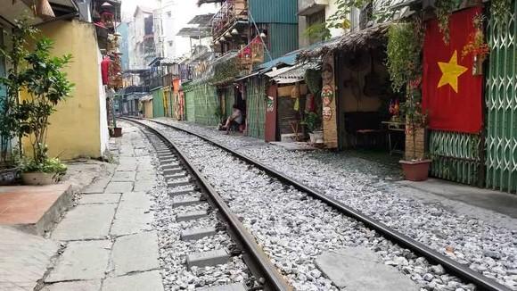 """Sáng nay 10-10, cà phê đường tàu ở Hà Nội """"vắng như chùa Bà Đanh"""""""