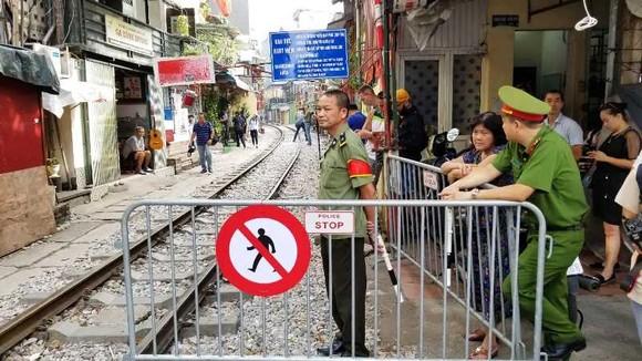 """Sáng nay 10-10, cà phê đường tàu ở Hà Nội """"vắng như chùa Bà Đanh"""" ảnh 1"""