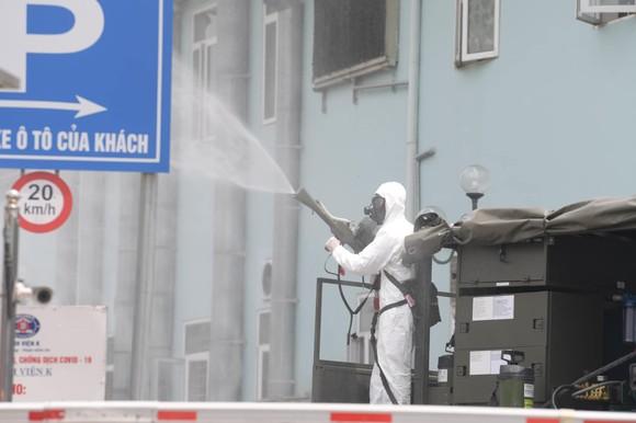 Bộ đội hóa học tiến hành khử khuẩn, tiêu độc ở Bệnh viện K ảnh 6