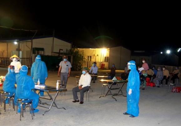Lực lượng y tế của tỉnh Hà Nam tiến hành lấy mẫu xét nghiệm, truy vết các trường hợp liên quan tới ca mắc Covid-19 ở chùa Tam Chúc