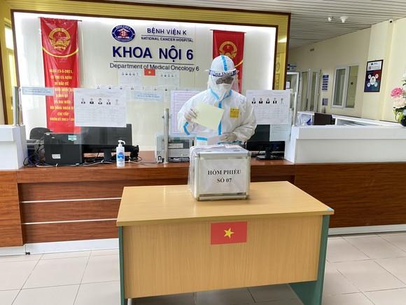 Hơn 700 cử tri trong Bệnh viện Bệnh Nhiệt đới Trung ương đã đi bỏ phiếu ảnh 1