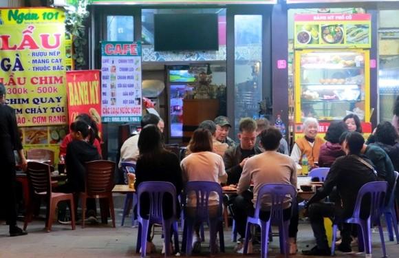 Từ 12 giờ ngày 25-5, Hà Nội tạm dừng tiệm cắt tóc, nhà hàng, dịch vụ ăn uống tại chỗ ảnh 1