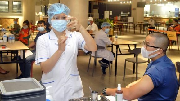 Tiêm vaccine phòng Covid-19 tại công ty VNG, TPHCM. Ảnh: CAO THĂNG