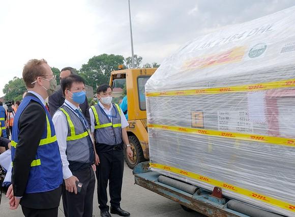 Hơn 97.000 liều vaccine Covid-19 của Pfizer/BioNtech đã tới Việt Nam ảnh 2