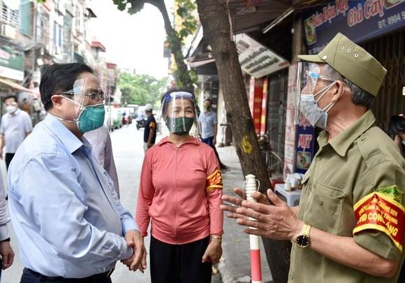 """Thủ tướng kiểm tra bệnh viện dã chiến hiện đại điều trị Covid-19 và thị sát """"điểm nóng"""" ở Hà Nội ảnh 5"""
