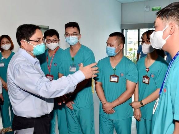 """Thủ tướng kiểm tra bệnh viện dã chiến hiện đại điều trị Covid-19 và thị sát """"điểm nóng"""" ở Hà Nội ảnh 1"""