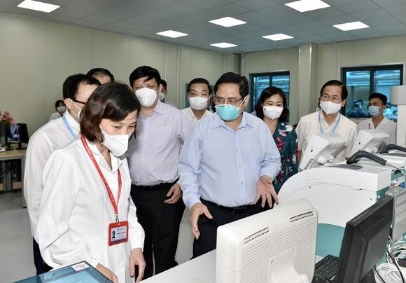 """Thủ tướng kiểm tra bệnh viện dã chiến hiện đại điều trị Covid-19 và thị sát """"điểm nóng"""" ở Hà Nội ảnh 3"""