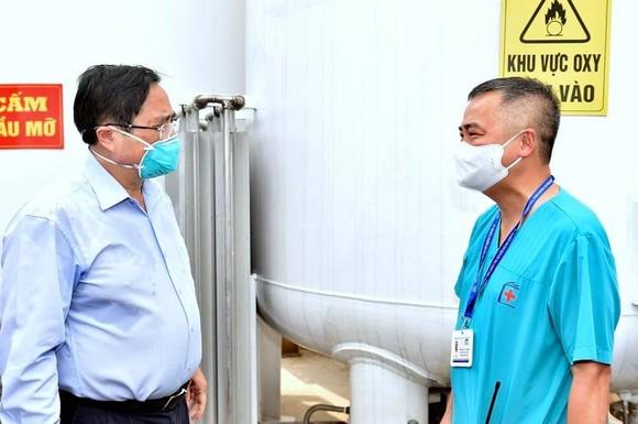 """Thủ tướng kiểm tra bệnh viện dã chiến hiện đại điều trị Covid-19 và thị sát """"điểm nóng"""" ở Hà Nội ảnh 2"""