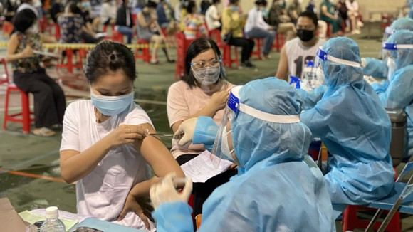 Nhân viên y tế tiêm vaccine cho người dân ở phường Bến Thành, quận 1, TPHCM vào chiều 25-9. Ảnh: CAO THĂNG