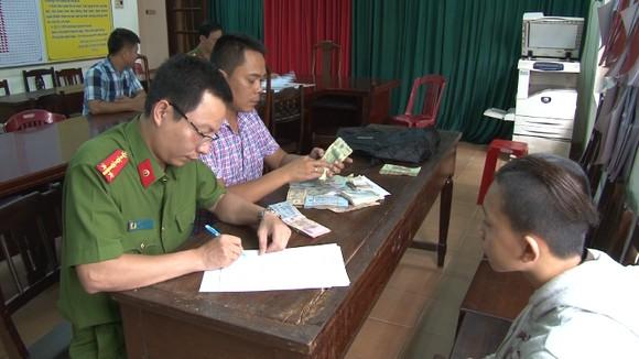 Đối tượng Nguyễn Viết Trung đang khai báo hành vi phạm tội tại Công an TP Huế.