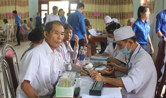 500 người dân là các đối tượng chính sách, hộ nghèo được khám chữa bệnh miền phí.