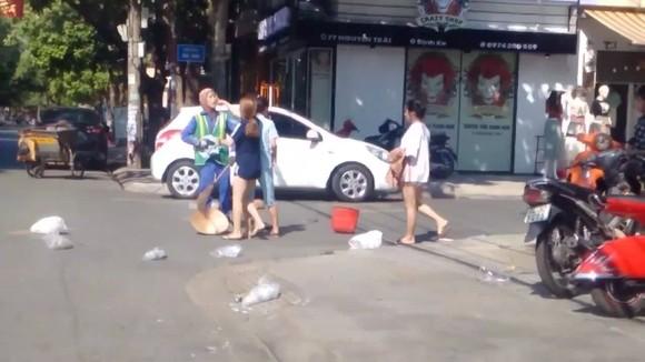 Xôn xao clip nữ lao công nhắc nhở việc bỏ rác, liền bị chủ shop tấn công ảnh 1