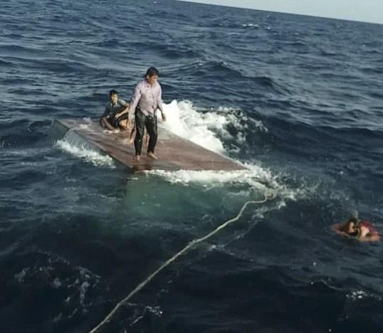 Lực lượng chức năng tiếp cận, ứng cứu 4 thuyền viên bị nạn