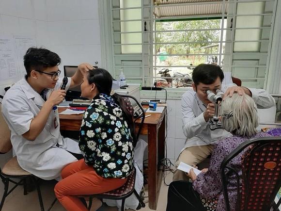 Hơn 1.500 bệnh nhân nghèo được khám và chữa bệnh về mắt miễn phí ảnh 1
